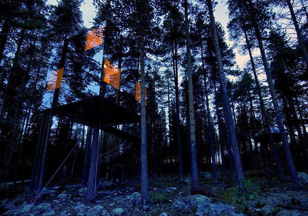Gần như vô hình và hoàn hảo để trú ẩn, Mirror House là một phần của dự án Tree Hotel ở miền Bắc Thụy Điển. Quá tuyệt vời nhưng e là các loài chim có thể sẽ đâm sầm vào kính mất.