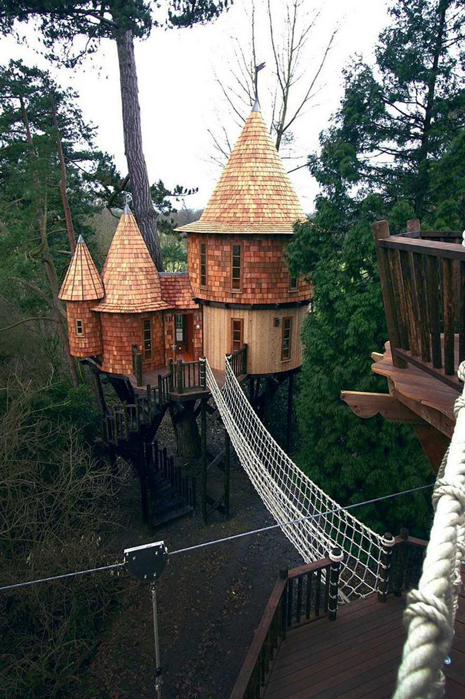 Living the Highlife Tree House (Anh) ngôi nhà trên cây này giống như một lâu đài với vẻ đẹp độc đáo.