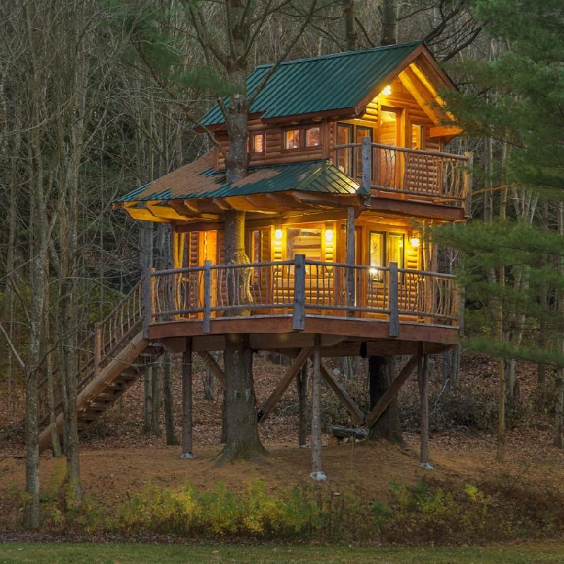 Ngôi nhà trên cây gồm 2 tầng này được mở năm 2013, được làm thủ công gỗ thích, tuyết tùng, thông, độc cần và dành cho 2 người.