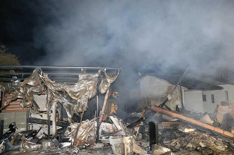 Những ngôi nhà bị cháy do động đất.