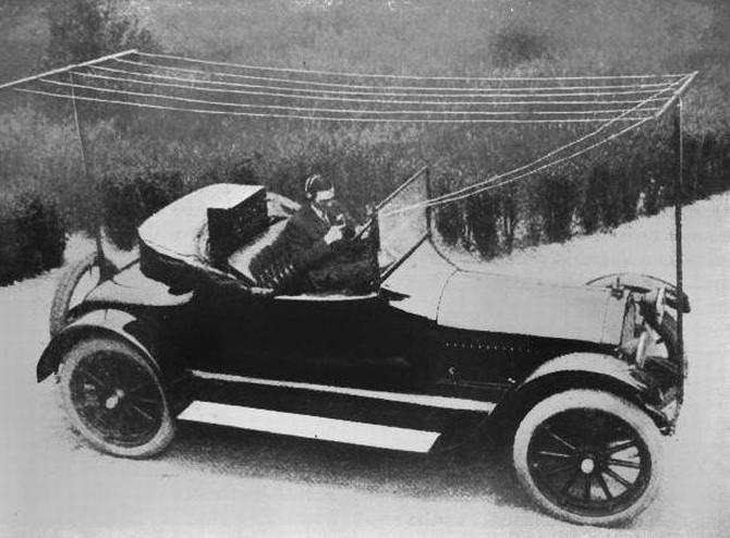 Để có thể sử dụng được radio trên xe hơi, ông cần tới 2 cột thu ở cả phía trước và sau xe.
