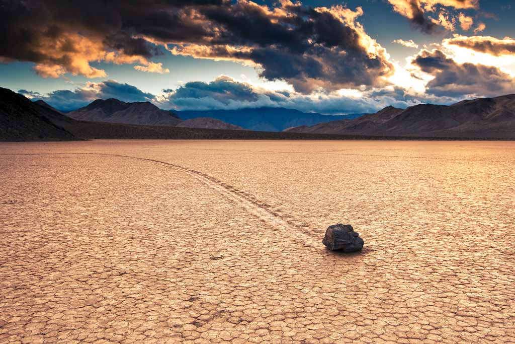 Một trong những bí hiểm khác của Thung lũng Chết là sự dịch chuyển của những tảng đá và vệt đường đi của chúng trên cát, dù không phải do áp lực của mưa, gió hay dòng nước.