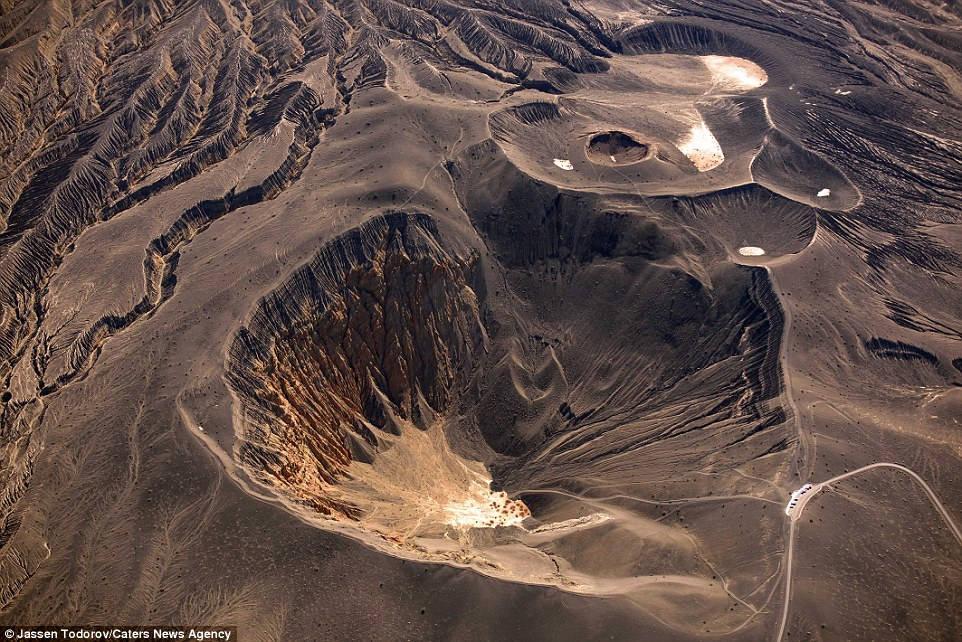 Nhiếp ảnh gia và phi công Jassen Todorov cùng nhau thực hiện những bức hình ấn tượng về thung lũng Chết với góc nhìn từ trên cao.