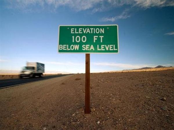 """Biển báo dành cho các tài xế chạy trên con đường đơn độc đến công viên quốc gia Thung Lũng Chết: \""""Bạn đang ở vị trí thấp hơn mực nước biển\""""."""
