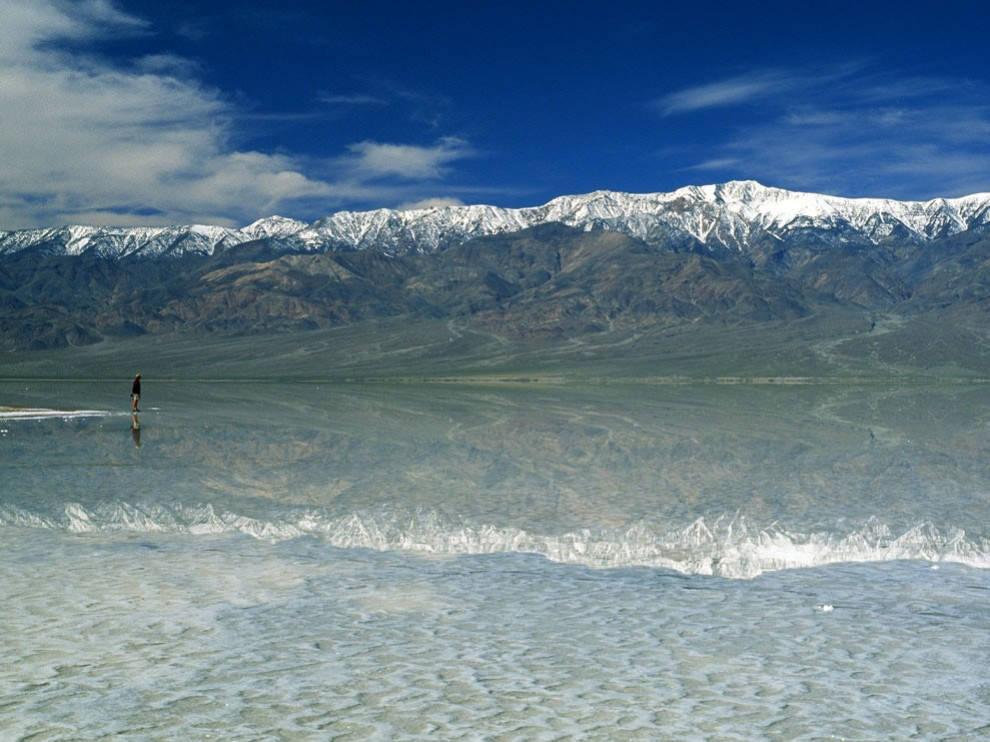 Thung lũng Chết có điều kiện tự nhiên rất khắc nghiệt, nhiệt độ mùa hè thường trên 49 °C (vào ngày 10 tháng 7 mùa hè năm 1913 nhiệt độ đã đạt đến mức kỷ lục 56,7 °C).