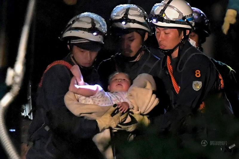Một em bé 8 tháng tuổi đã được cứu sống sau khi căn nhà của em đã bị đổ sập do trận động đất ở thị trấn Mashiki ở Kumamoto ngày 16/4/2016.
