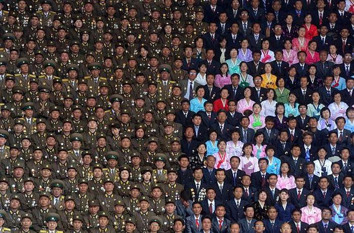 Hình ảnh quân đội và nhân dân của Kim Il Sung tại sân vận động