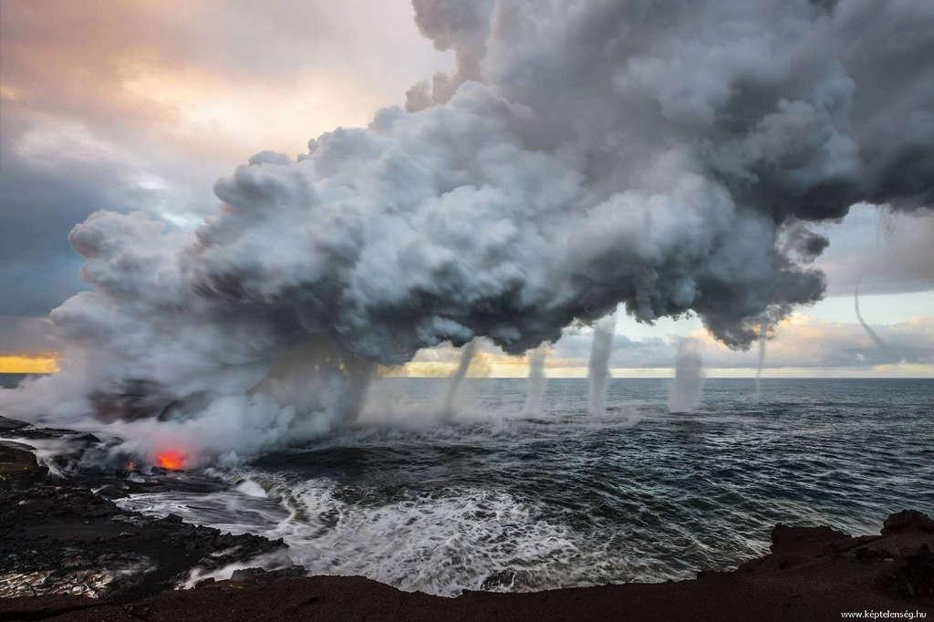 Nham thạch từ núi lửa Kilauea phun trào ra biển