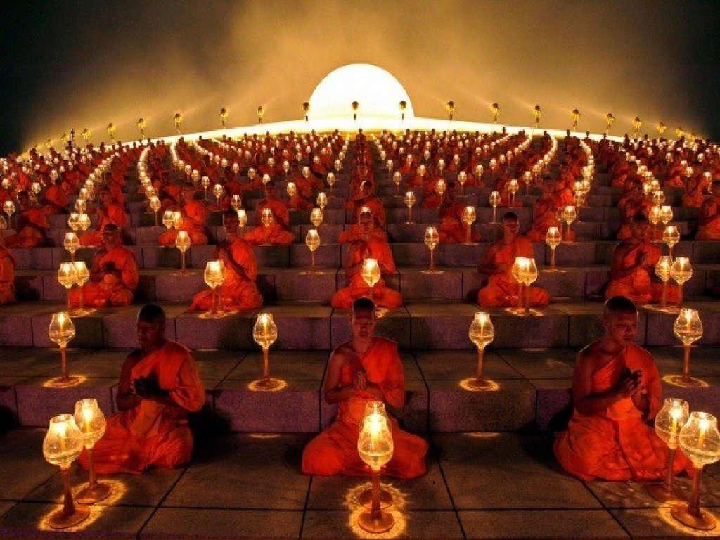 Hình ảnh các nhà sư niệm phật trong lễ hội đèn lồng ở Suphan Buri, Thái Lan