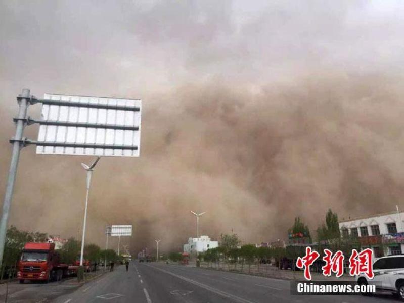 Bức tường cát khổng lồ tấn công thành phố Tửu Tuyền.