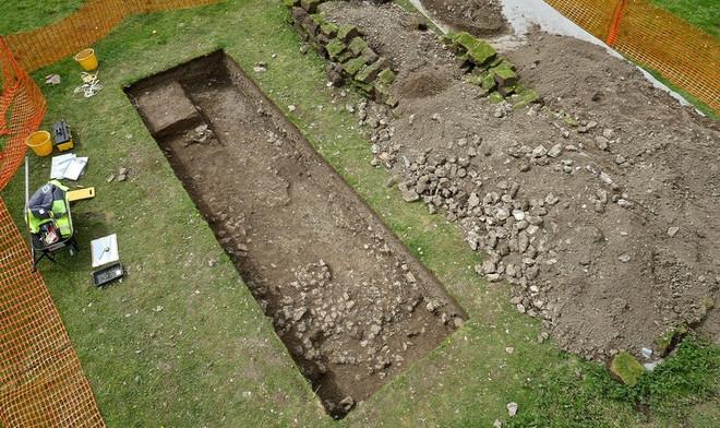 Những đồ tạo tác tìm thấy gần biệt thự gồm một nhà tắm, giếng nước, đồ gốm sứ, đồng xu...