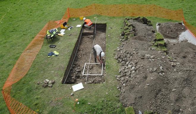 Nhóm nghiên cứu còn nhận thấy chiếc bàn trồng cây gần bếp của Irwin thực tế là quan tài của một đứa trẻ người La Mã.