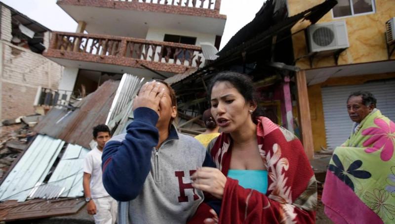 Những người Ecuador an ủi nhau sau trận động đất hôm 17/4.