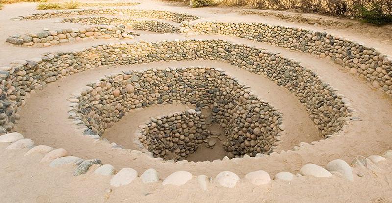 Hố xoắn ốc kỳ lạ trên sa mạc ở Peru.
