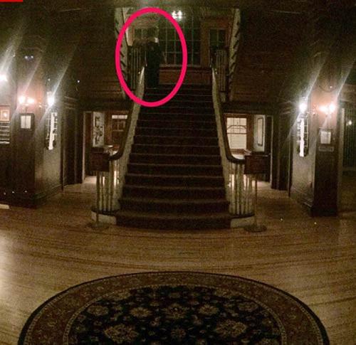 Bức ảnh ghi lại hai hình bóng nghi là hồn ma do Henry Yau chụp tại khách sạn Stanley.
