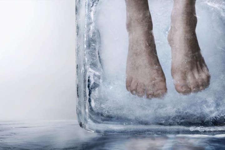Nhúng tay, chân vào nước lạnh cũng sẽ giúp bạn xả bớt nhiệt cho cơ thể bớt nóng.