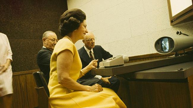 Đệ Nhất Phu Nhân Lady Bird Johnson thực hiện cuộc gọi video qua Picturephone
