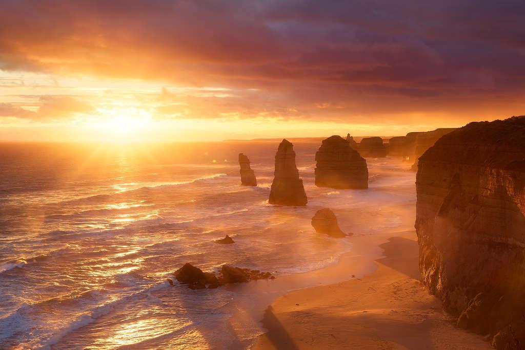 Không gian giữa ánh sáng, mặt nước và bờ cát gần như bị xóa nhòa dưới ánh nắng sớm ở đất nước Kanguroo.