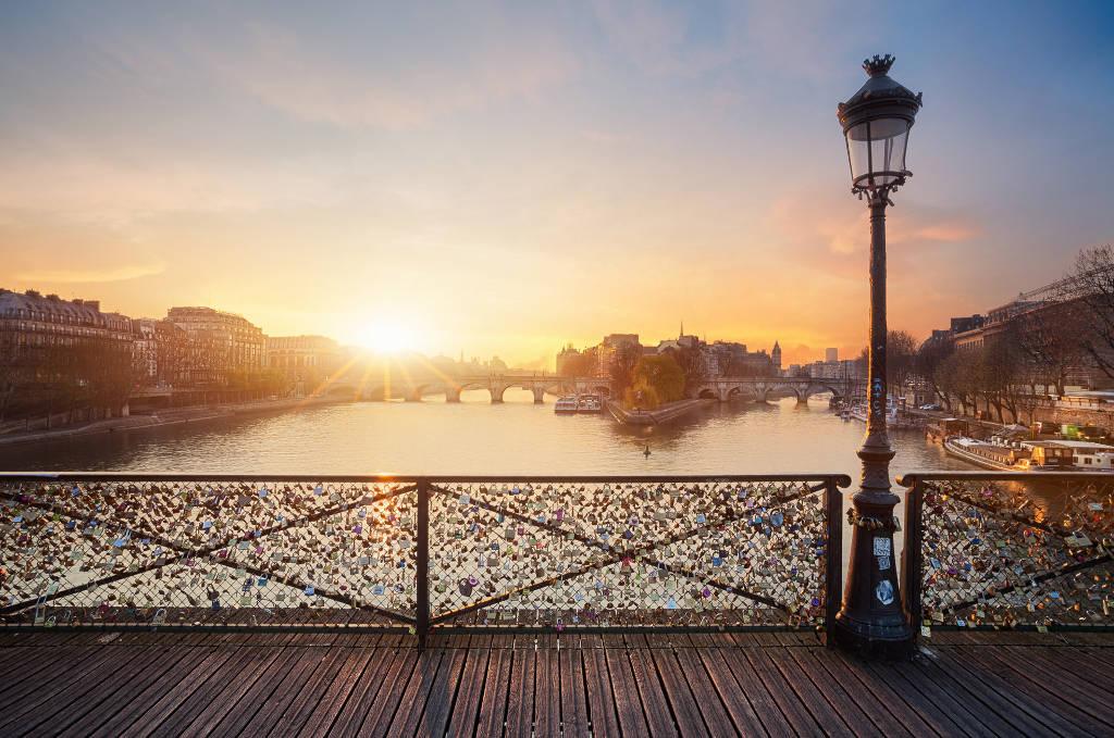 Ánh nắng ban mai soi sáng cây cầu tình yêu giữa lòng thủ đô Paris, Pháp.