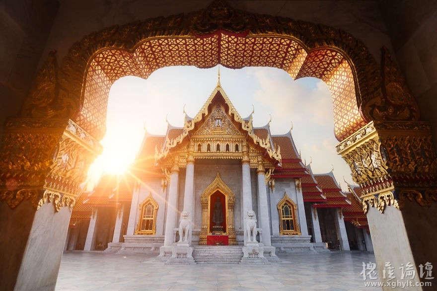 Bình minh vàng óng trên những mái chùa ở Bangkok, Thái Lan.