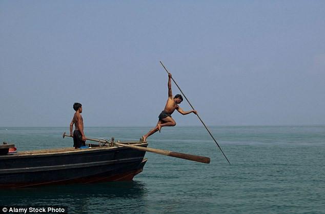 Người Moken trưởng thành bắt thức ăn phần lớn bằng cách phóng lao từ trên mặt nước.