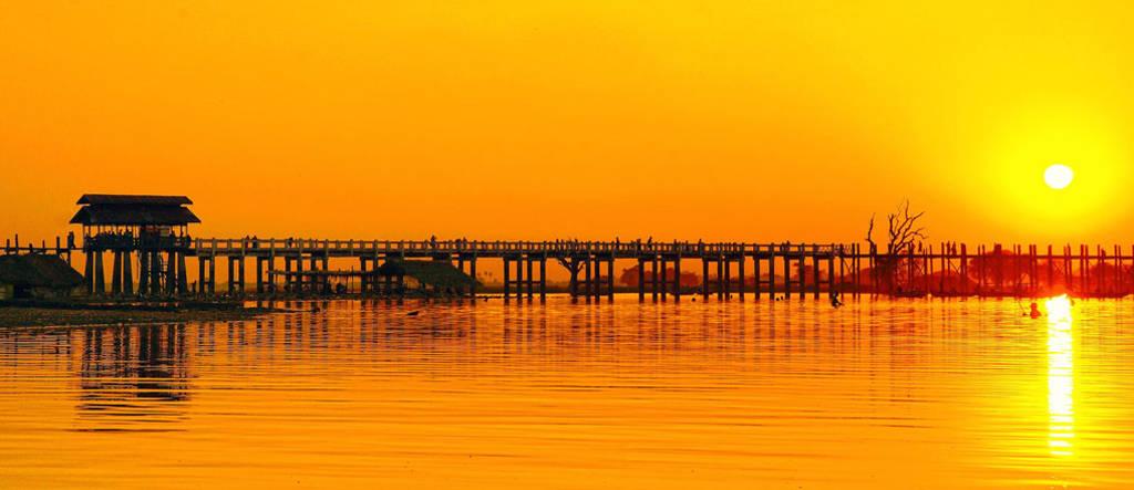 Cầu U Bein nằm tại ngoại ô cố đô Mandalay, Myanmar, nối liền hai bờ của sông Taungthamna.