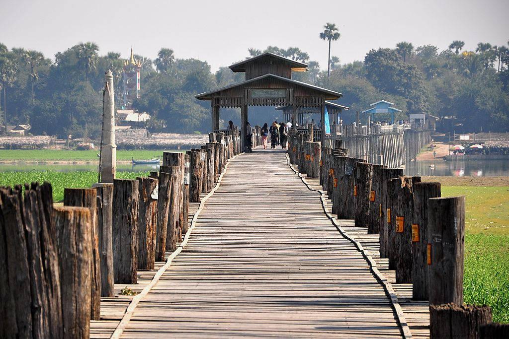 Cầu U Bein có chiều dài tới 1,2km và được làm bằng gỗ tếch, tận dụng những cây gỗ tếch từ một cung điện cổ xưa.