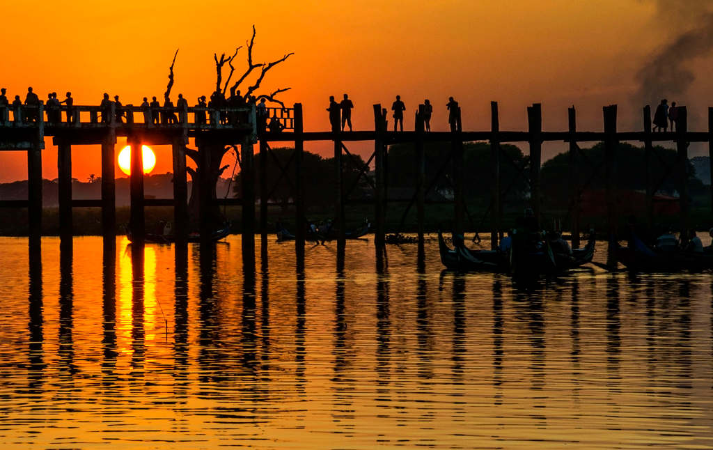 Cầu được xây dựng từ năm 1800 bởi thị trưởng U Bein.