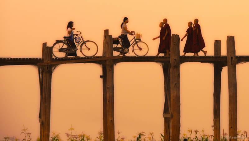 Ban đầu, cây cầu này hoàn toàn được dựng bằng gỗ nhưng sau đó một số trụ và lan can cầu ở phần ngập trong nước đã được thay bằng trụ bê tông để đảm bảo an toàn cho người đi lại