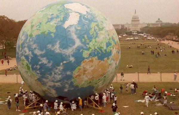 Quả cầu mô phỏng trái đất có chiều cao bằng một tòa nhà 5 tầng được dựng ở Washington để kỷ niệm 25 năm Ngày Trái đất năm 1995.