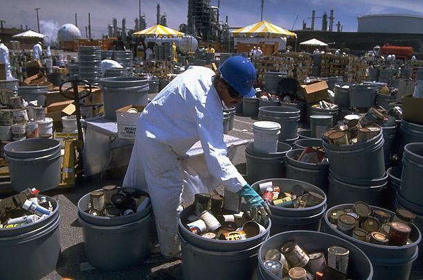 Mỹ phát động chiến dịch thu dọn rác thải gây độc trong gia đình nhân Ngày Trái đất năm 1990.