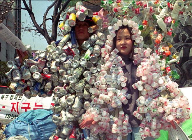 Trình diễn trang phục làm từ vỏ hộp ở Seoul năm 1996.