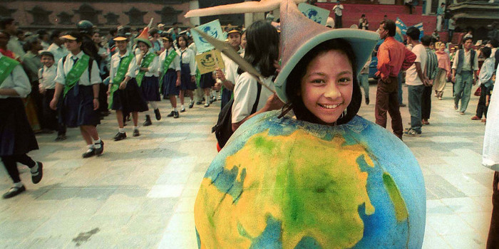 Bé gái Nepal trong trang phục mô phỏng trái đất tại Katmandu năm 2002.