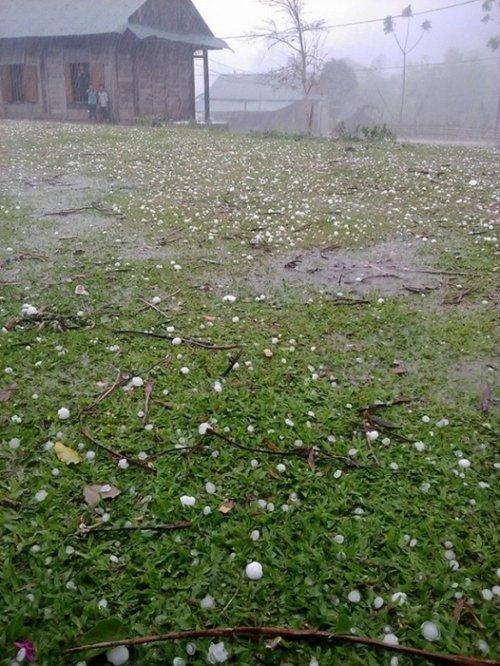 Mưa đá kéo dài gây thiệt hại nhà dân.
