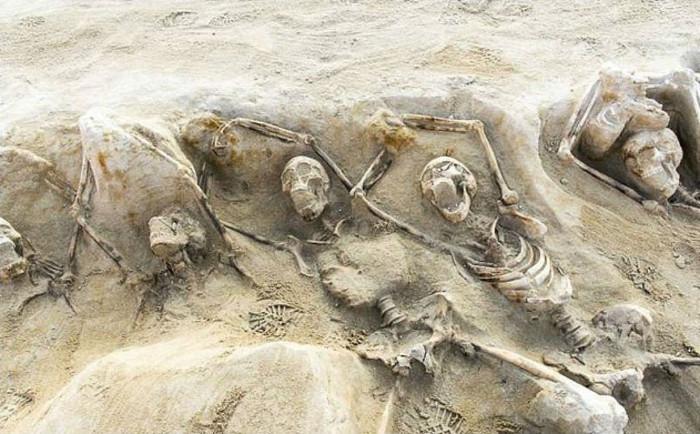 Khi các ngôi mộ được phát hiện, các nhà khảo cổ tìm thấy những bộ xương được xếp thẳng hàng nhau.