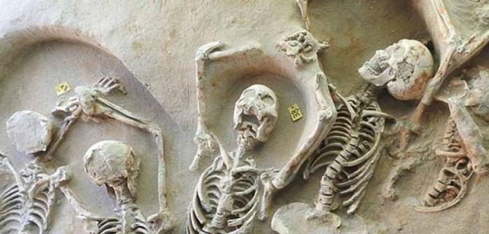 Hai ngôi mộ tập thể được khai quật ở khu vực đồng bằng sông Falirikon thuộc miền nam Athens, có chứa tới 80 bộ hài cốt.