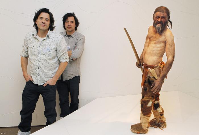 Sau đó họ mất nhiều tháng để điêu khắc và tô màu bằng tay cho bức tượng phục dựng Người băng Otzi.