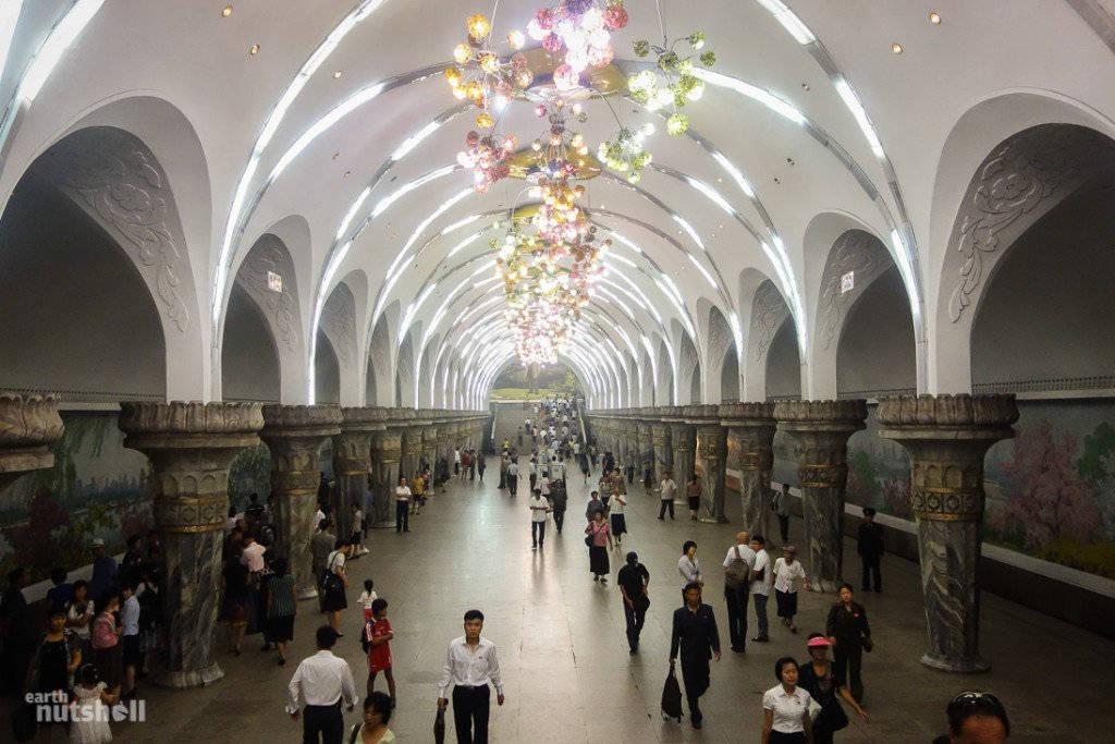 Không gian rộng lớn bên trong tàu điện ngầm của Triều Tiên. Hai bên tường được trang trí bằng những bức tranh phong cảnh hay những bức tranh miêu tả cuộc sống hạnh phúc.