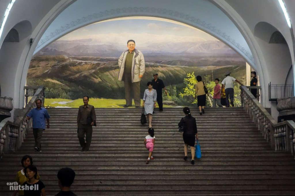 Một bức tranh lớn cho thấy hình ảnh cố lãnh đạo Triều Tiên Kim Chính Nhật đứng trước một vùng núi non trùng điệp.