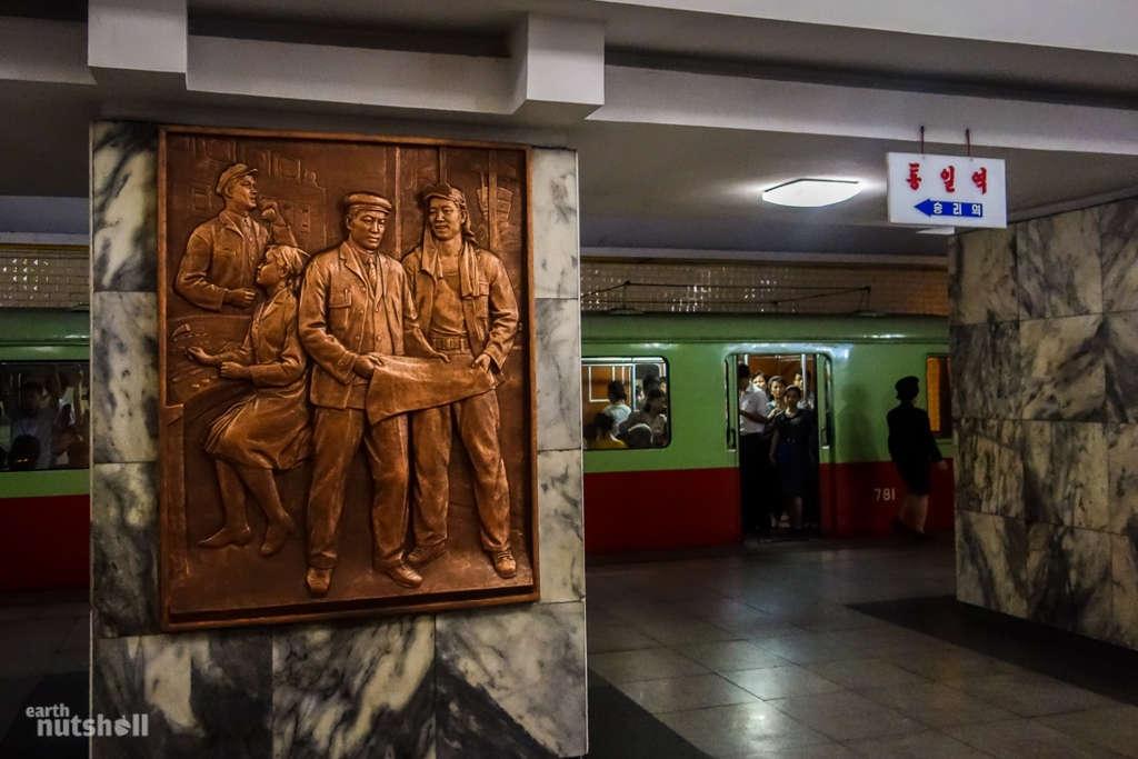 Một trong nhiều bức tranh điêu khắc công phu được treo trong hệ thống tàu điện ngầm của Triều Tiên.