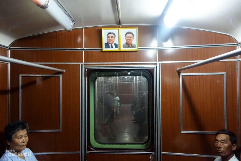 Hai bức ảnh chân dung của ông Kim Nhật Thành và Kim Chính Nhật được treo trong một toa tàu.