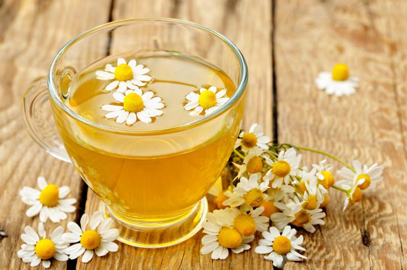 Trà hoa cúc mát sẽ giúp bạn dễ ngủ hơn.
