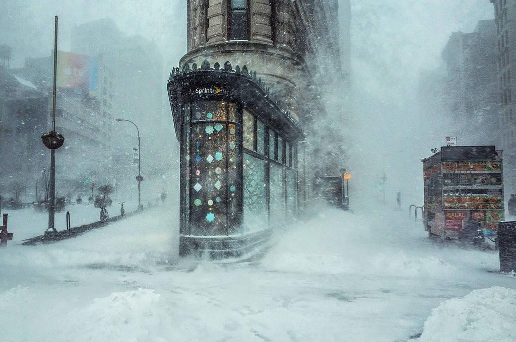 Nhiếp ảnh gia Michele Palazzo ghi lại hình ảnh tòa nhà Flatiron ở New York (Mỹ) khi thành phố chìm trong bão tuyết Jonas.