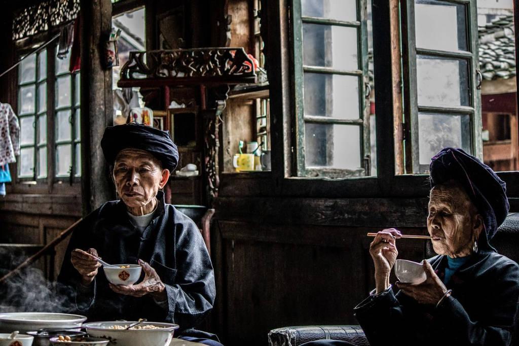 Nhiếp ảnh gia Karen Morris-Lanz được mời tới ăn trưa cùng một đôi vợ chồng khi đi du lịch ở vùng Long Thắng, Trung Quốc.