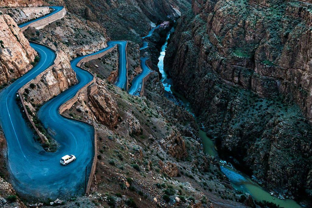 Tuyến đường quanh co này cắt qua hẻm núi Dades, gần Boumalne, Souss-Massa-Draa, Morocco.