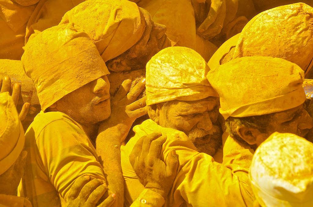 Những tín đồ phủ kín bột nghệ khiêng chiếc ghế của thần SHiva ở đền Khandoba, Jejuri, Ấn Độ, trong một ngày không trăng.