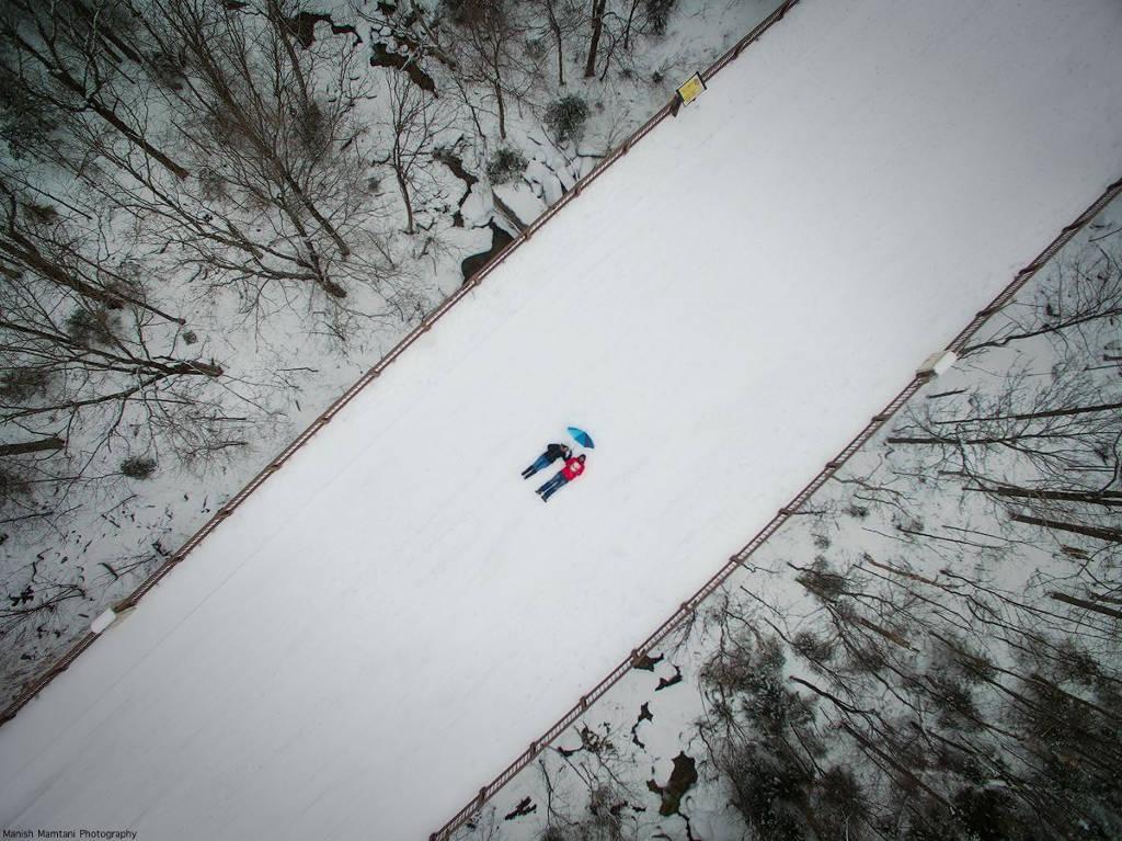 Manish Mamtani và người đồng hành nằm xuống trên cây cầu phủ tuyết ở Mittersill, New Hampshire, và chụp bức ảnh này bằng flycam.