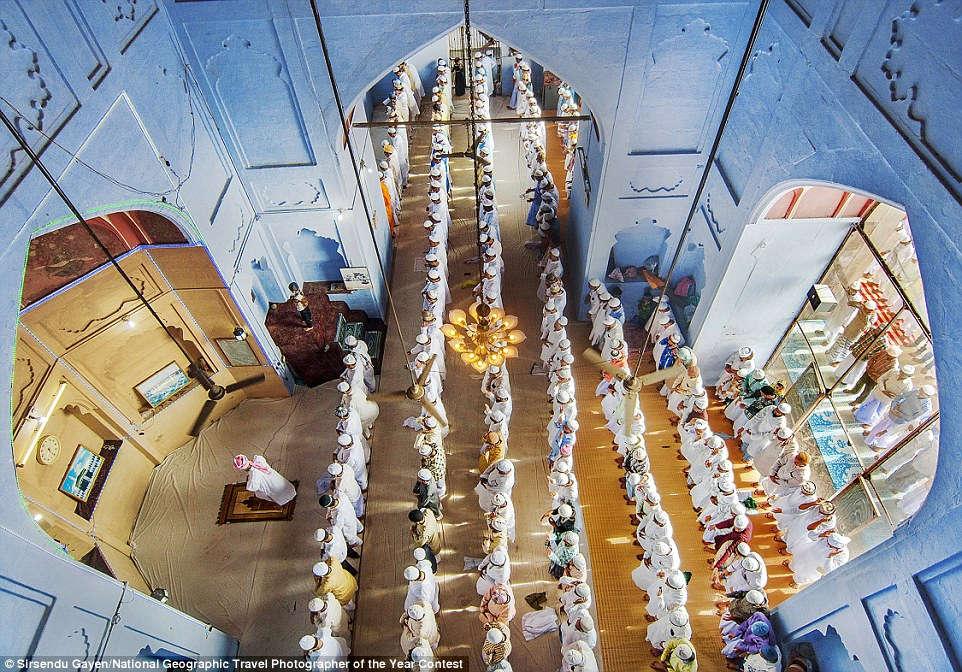 Khung cảnh lễ cầu nguyện Eid ul Fitr ở nhà thờ Alamgir tại Varanasi, Uttar Pradesh, Ấn Độ. Đây là một lễ cầu nguyện đặc biệt, kỷ niệm hai lễ hội Hồi giáo.