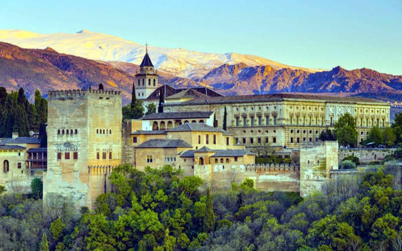 Lâu đài Alhambra ở Tây Ban Nha, có kiến trúc liên hoàn với các khu vườn tuyệt đẹp.