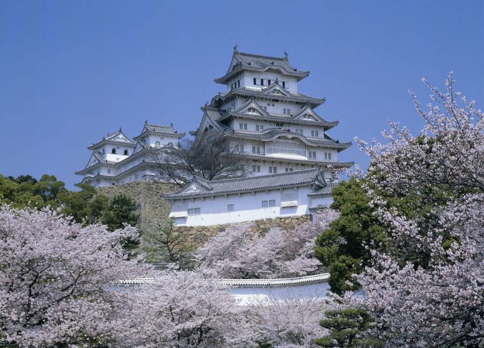 Tòa lâu đài Himeji Castle ở Nhật Bản, lâu đài này được xây dựng cầu kỳ dưới thời phong kiến. nhìn giống như hình cánh chim đang bay .
